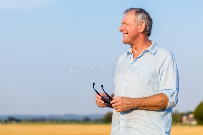 Hoger mensendagdromen in openlucht in het platteland in zonnig DA royalty-vrije stock fotografie