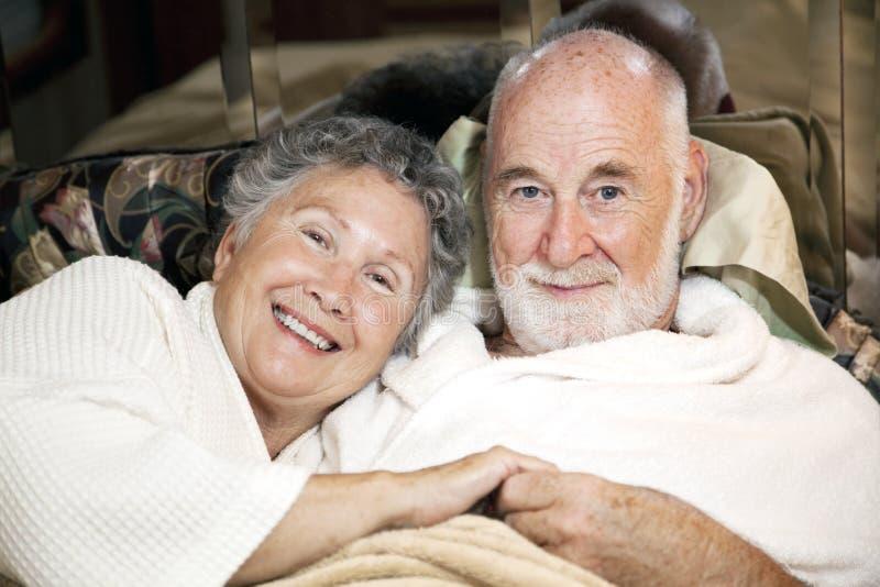 Hoger Paar in Bed stock foto