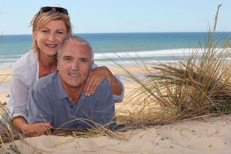 Hoger paar bij het strand royalty-vrije stock afbeelding