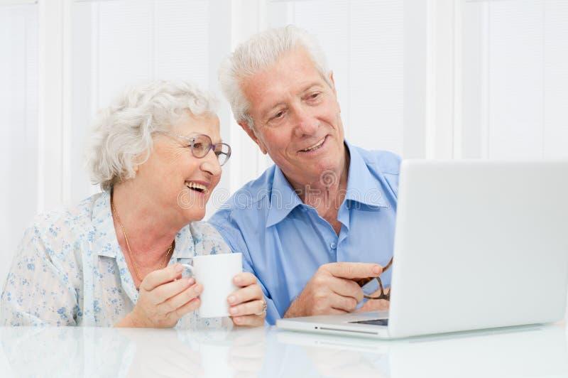Hoger paar bij laptop royalty-vrije stock fotografie