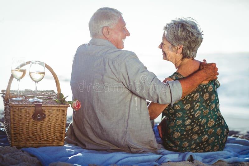 Hoger paar dat een picknick heeft stock foto