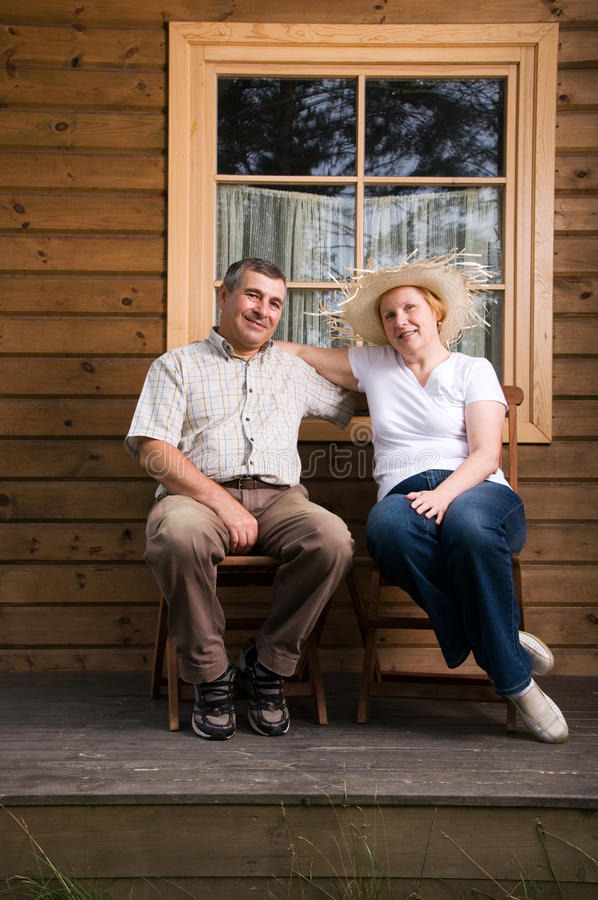 Hoger paar dat een rust op een terras heeft royalty-vrije stock afbeeldingen