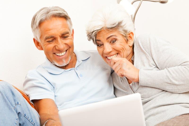 Hoger Paar dat het Web surft stock fotografie