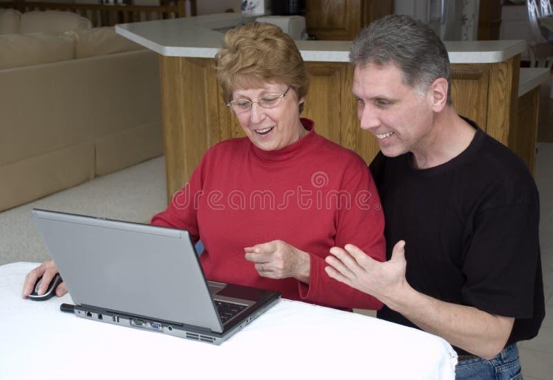 Hoger Paar dat Laptop, Internet, Technologie met behulp van stock afbeeldingen