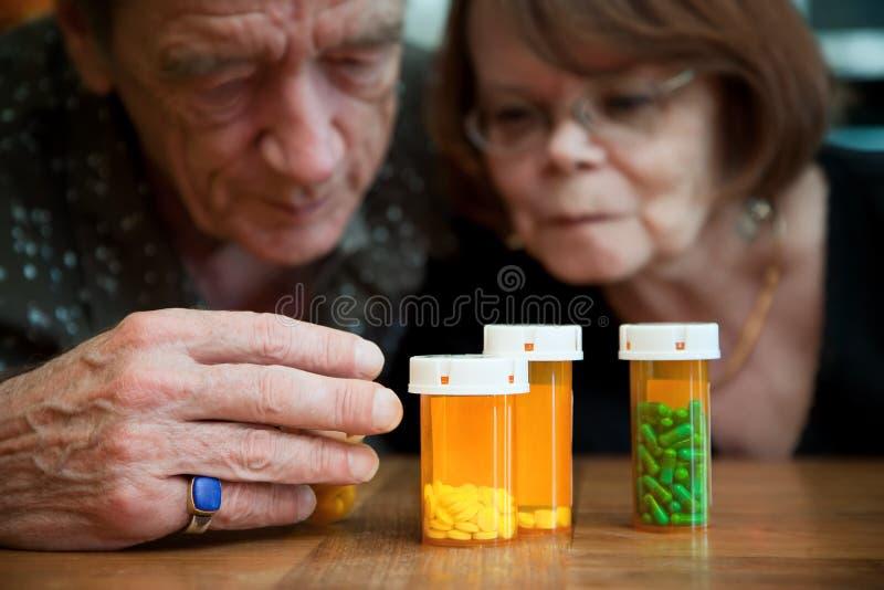Hoger paar dat medicijnen onderzoekt royalty-vrije stock afbeelding