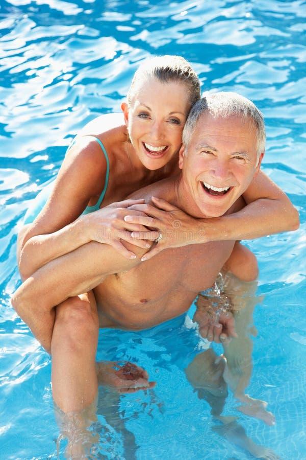 Hoger paar dat pret in pool heeft royalty-vrije stock fotografie