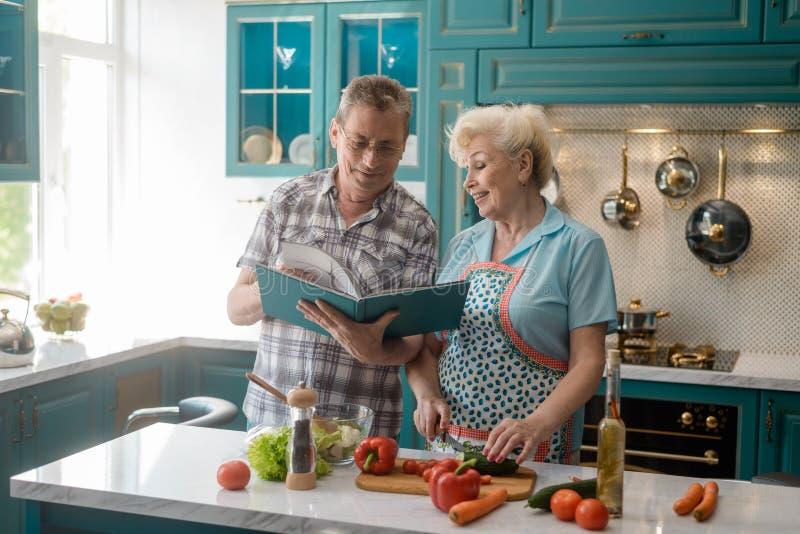 Hoger paar dat samen kookt royalty-vrije stock foto
