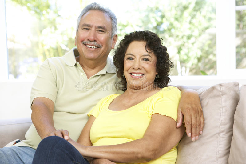 Hoger Paar dat thuis samen ontspant stock afbeeldingen