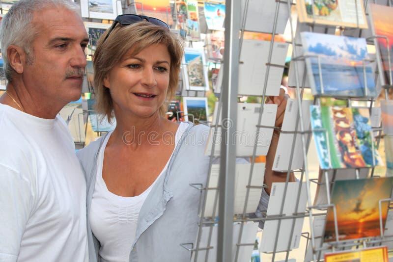 Hoger paar dat tijdens vakantie winkelt stock foto's