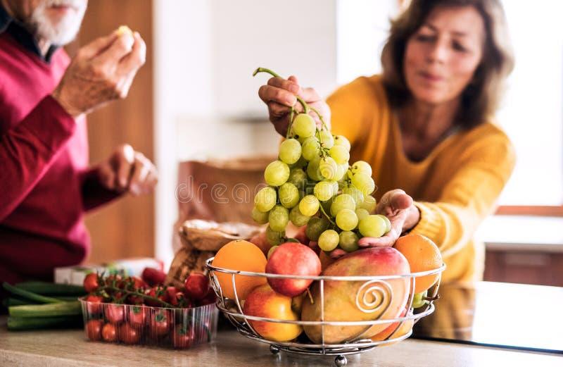 Hoger paar dat voedsel in de keuken voorbereidt royalty-vrije stock afbeelding