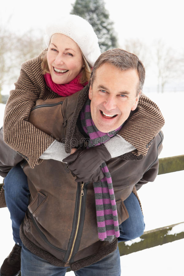 Hoger Paar dat zich buiten in SneeuwLandschap bevindt royalty-vrije stock fotografie