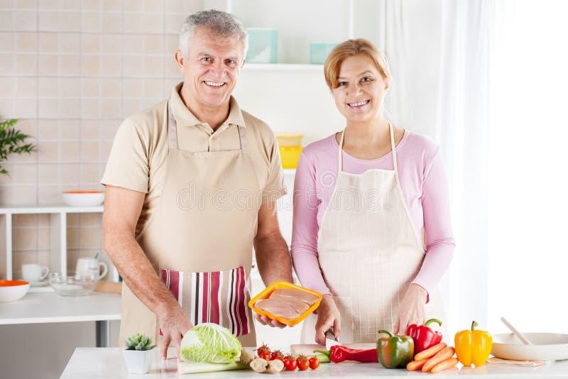 Hoger Paar in de keuken stock foto's
