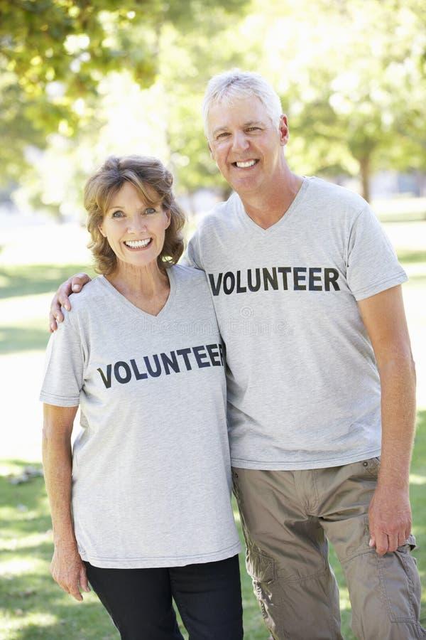 Hoger Paar die als deel van Vrijwilligersgroep werken stock foto's