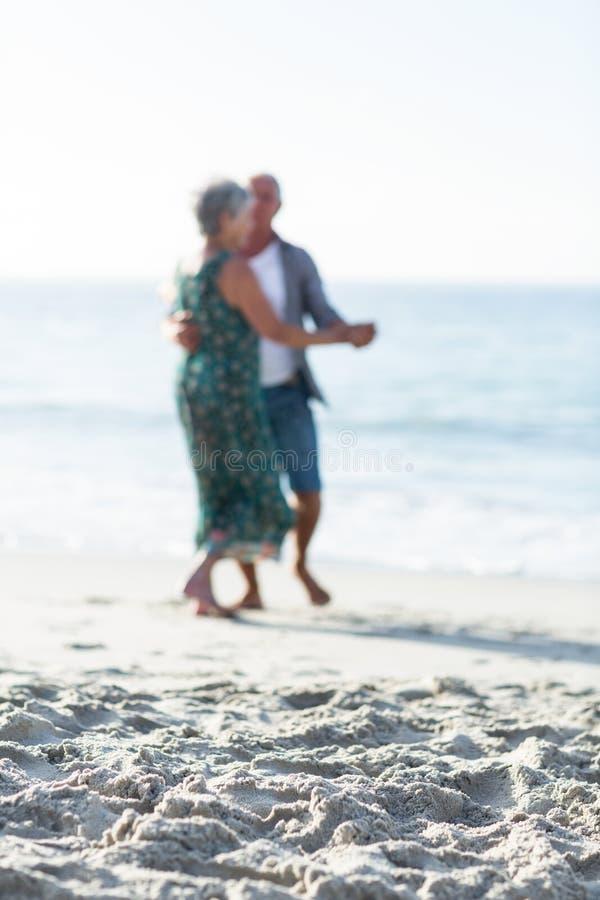 Hoger paar die bij het strand dansen royalty-vrije stock afbeelding