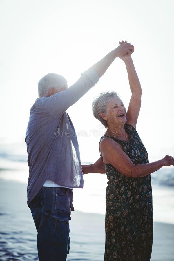 Hoger paar die bij het strand dansen royalty-vrije stock fotografie