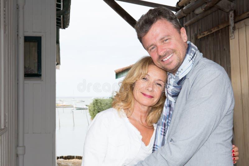 Hoger paar die in de vakantiezomer omhelzen royalty-vrije stock afbeelding