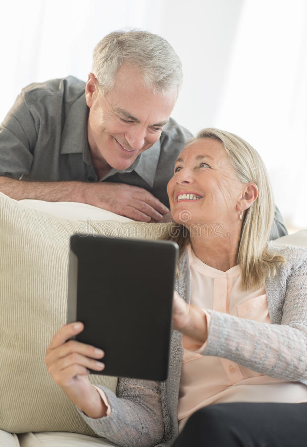 Hoger Paar die Digitale Tablet thuis gebruiken royalty-vrije stock fotografie