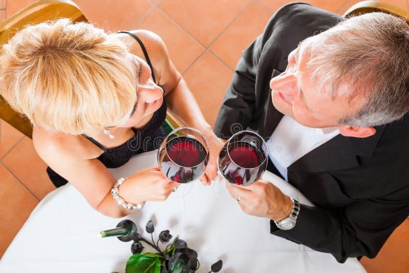 Hoger paar die diner eten royalty-vrije stock fotografie