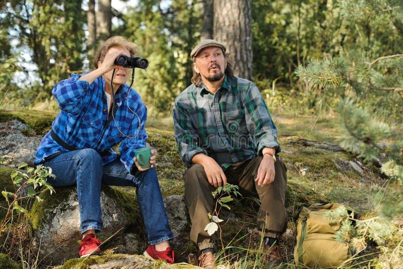 Hoger paar die een onderbreking in het bos hebben royalty-vrije stock foto's
