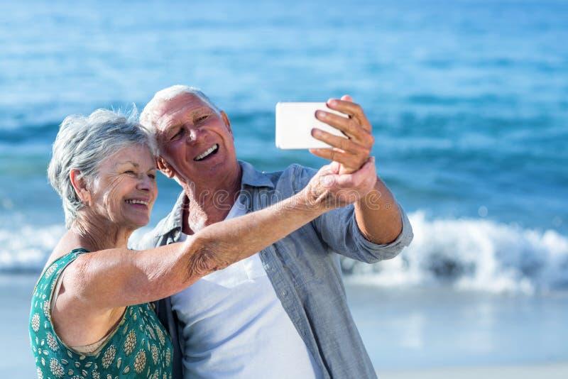 Hoger paar die een selfie nemen royalty-vrije stock afbeelding