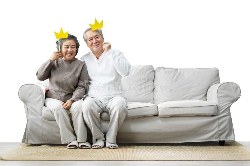 Hoger Paar die gele document kronen op stok houden royalty-vrije stock fotografie