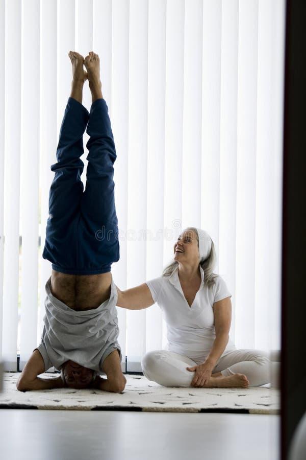 Hoger paar die yoga doen royalty-vrije stock afbeelding