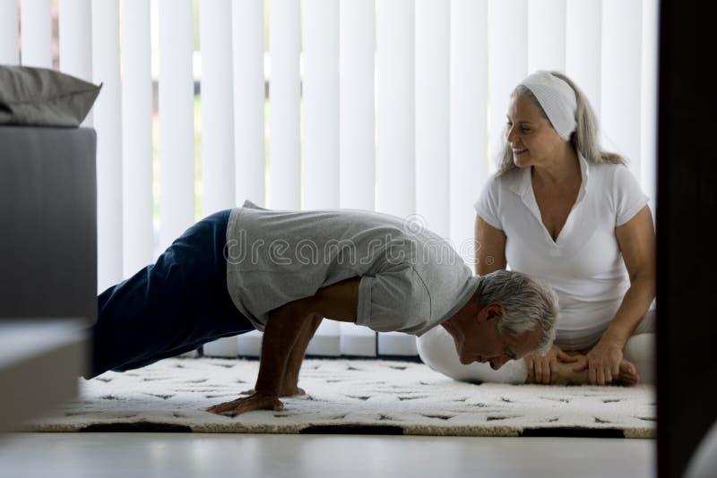 Hoger paar die yoga doen royalty-vrije stock foto