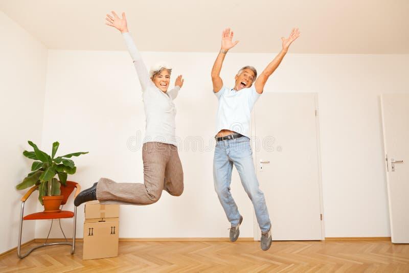 Hoger Paar die zich in een Nieuwe Flat bewegen stock fotografie