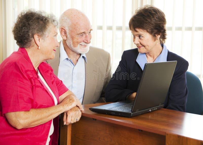Hoger Paar en Financiële Adviseur stock afbeelding