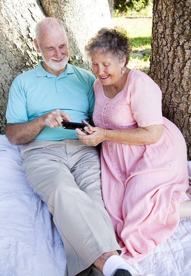 Hoger Paar met Slimme Telefoon stock foto's