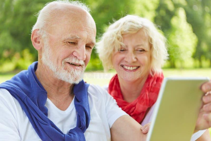 Hoger paar met tabletpc in aard royalty-vrije stock afbeelding