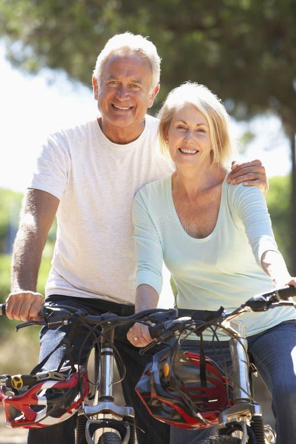 Hoger Paar op Cyclusrit samen royalty-vrije stock fotografie