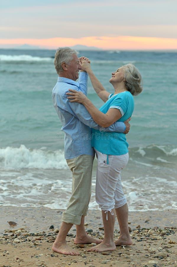 Hoger paar op een strand royalty-vrije stock afbeeldingen