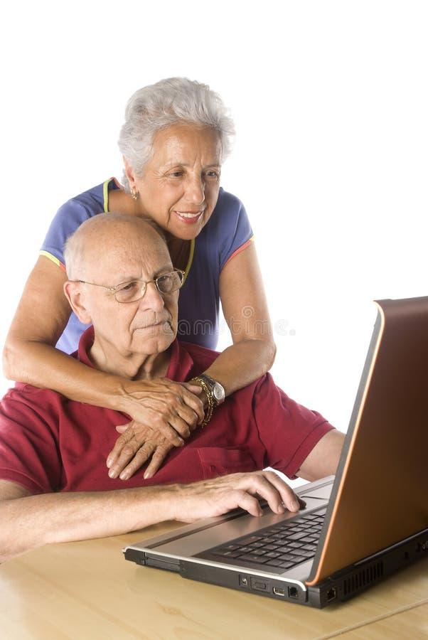 Hoger paar op laptop stock foto's
