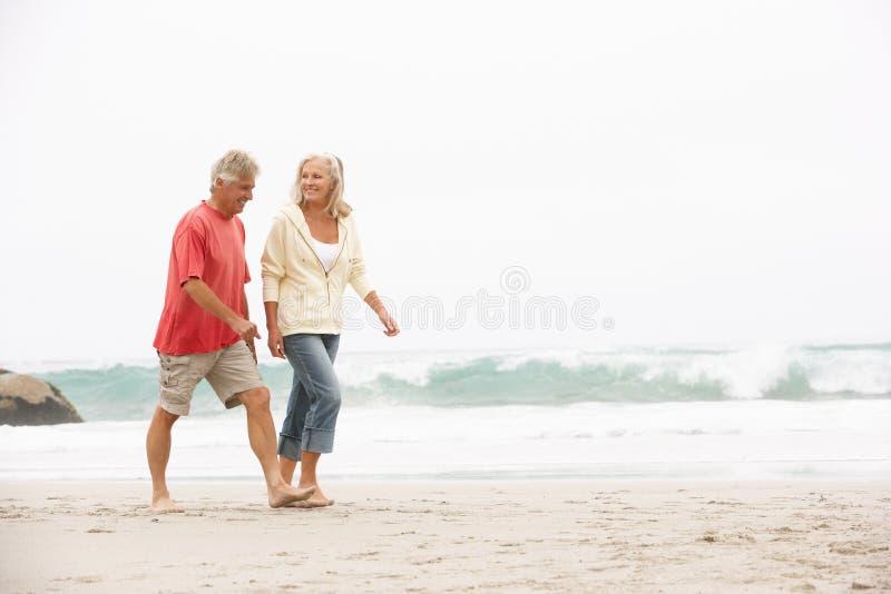 Hoger Paar op Vakantie die langs Strand loopt stock fotografie