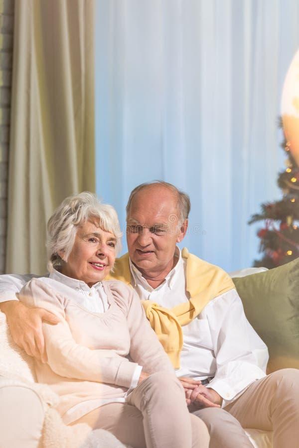 Hoger paar tijdens Kerstmis royalty-vrije stock foto's