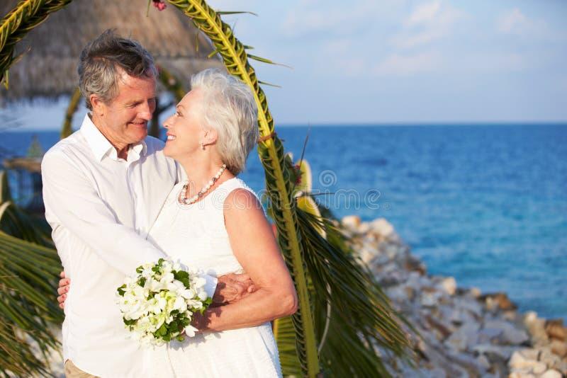 Hoger Paar worden die die in Strandceremonie wordt gehuwd royalty-vrije stock foto's