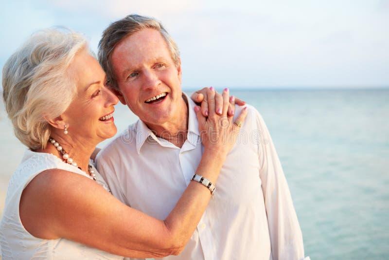 Hoger Paar worden die die in Strandceremonie wordt gehuwd royalty-vrije stock afbeeldingen