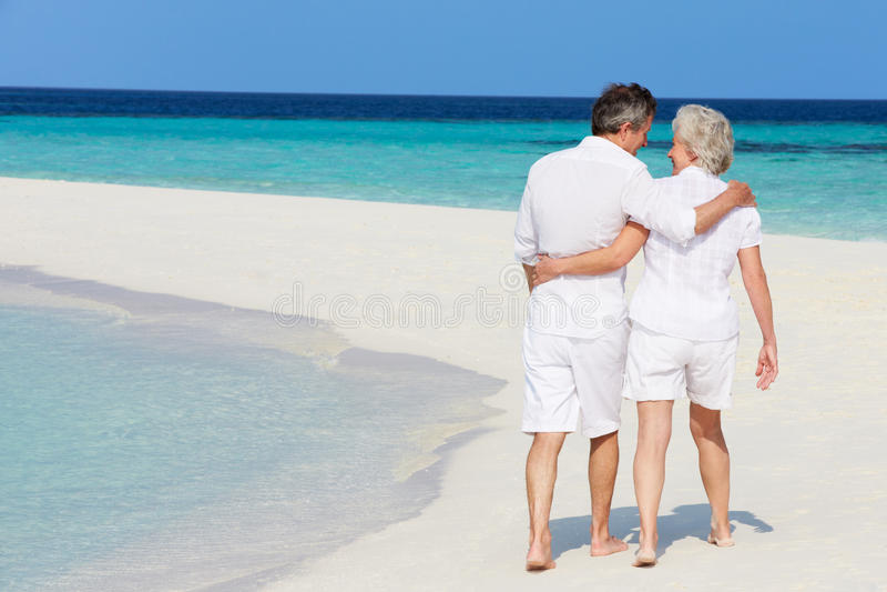 Hoger Romantisch Paar die op Mooi Tropisch Strand lopen stock afbeeldingen