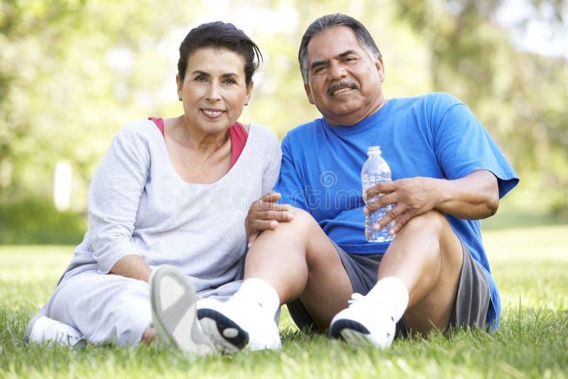 Hoger Spaans Paar dat na Oefening rust stock foto