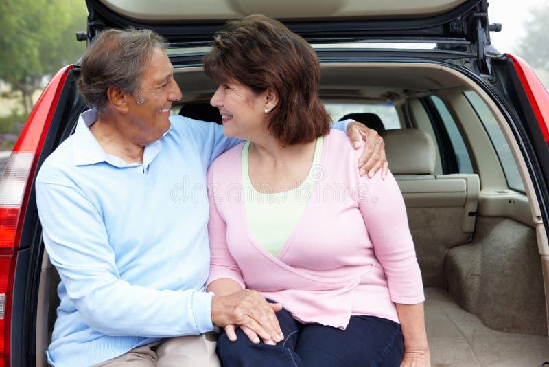 Hoger Spaans paar in openlucht met auto royalty-vrije stock afbeelding