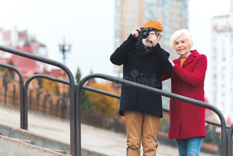 hoger toeristenpaar die foto nemen royalty-vrije stock foto
