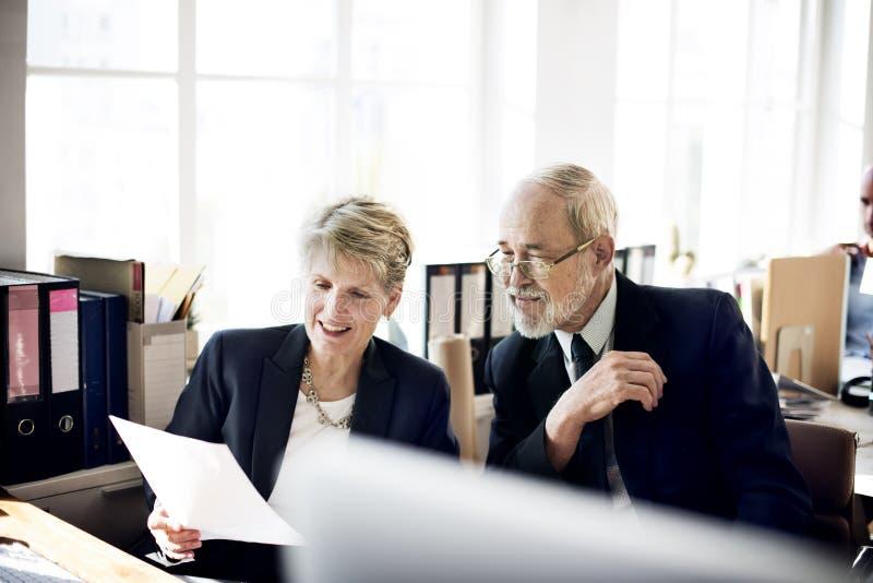 Hoger Volwassen Bedrijfsmensenbespreking Marketing Planconcept royalty-vrije stock foto