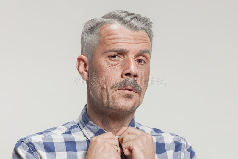 Hoger volwassen mannelijk gezicht met ernstige uitdrukking Zij is bang royalty-vrije stock fotografie