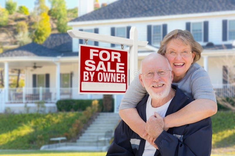 Hoger Volwassen Paar voor Real Estate-Teken, Huis royalty-vrije stock foto's