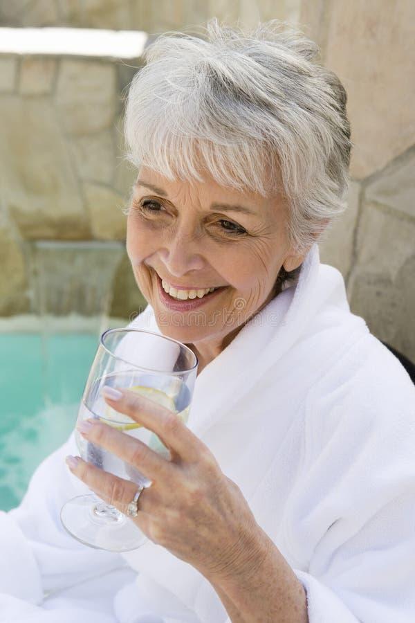 Hoger Vrouw het Drinken Kalkwater in openlucht stock afbeeldingen
