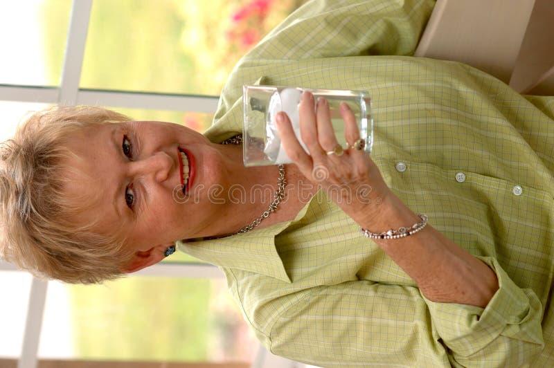 Hoger vrouwen drinkwater royalty-vrije stock afbeeldingen