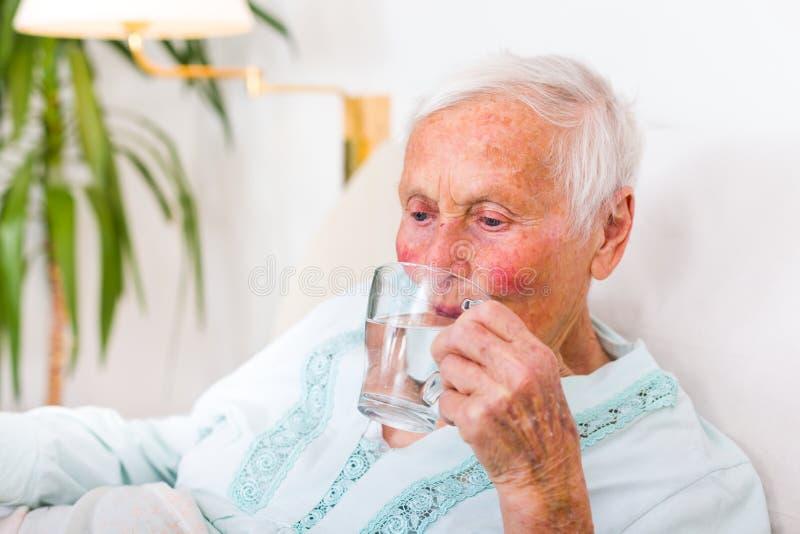 Hoger vrouwen drinkwater royalty-vrije stock foto's