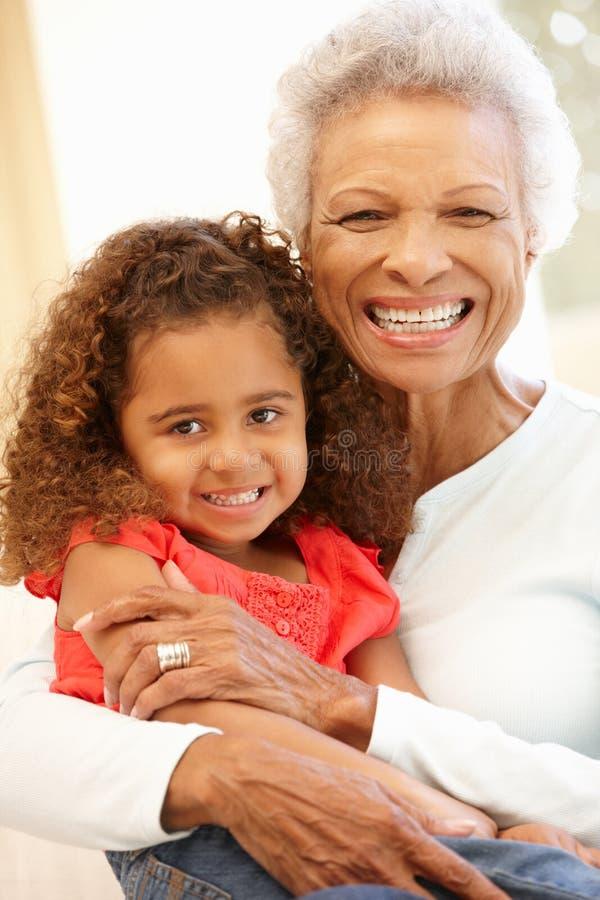 Hogere Afrikaanse Amerikaanse vrouw en kleindochter royalty-vrije stock afbeelding