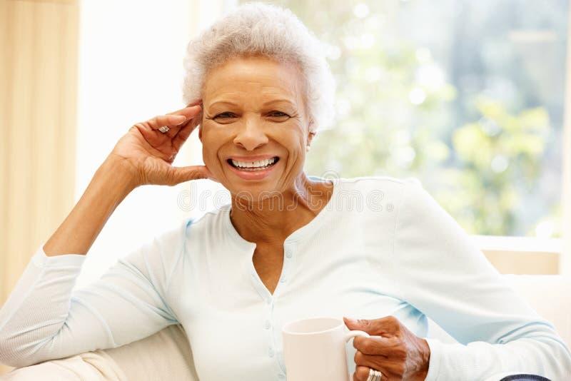 Hogere Afrikaanse Amerikaanse vrouw thuis royalty-vrije stock foto